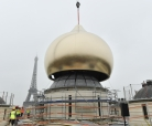 Raising the central dome of the Russian orthodox spiritual & cultural centre