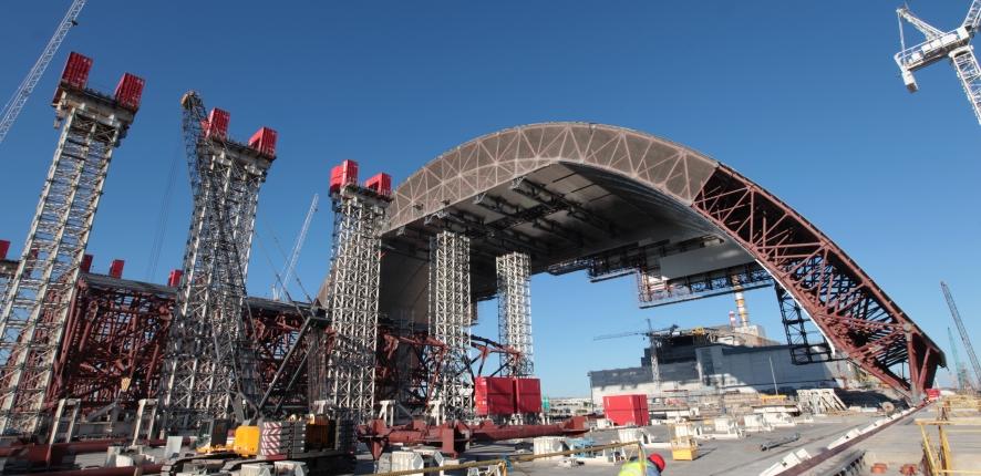 Avril 2014 : ripage de la première moitié de l'arche vers la zone d'attente et premier levage de la seconde moitié