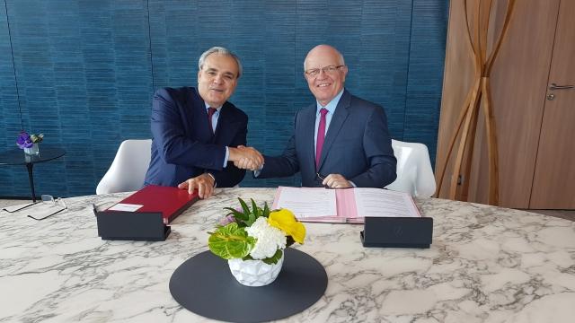 Signature entre Jean-Louis Chaussade, Directeur Général de SUEZ et Philippe Bonnave, Président-Directeur Général de Bouygues Construction